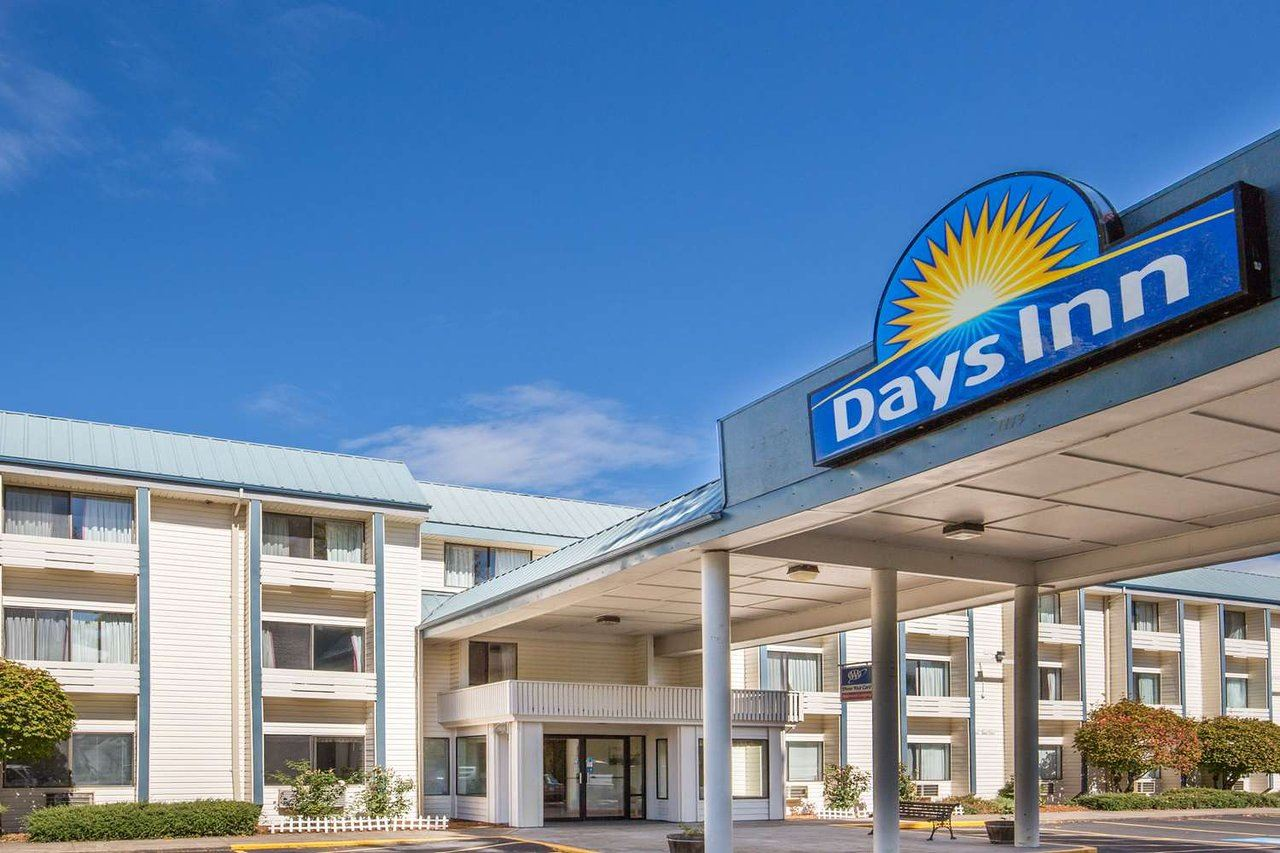 Exterior Days Inn, Corvallis - entry drive with sign and Inn in background